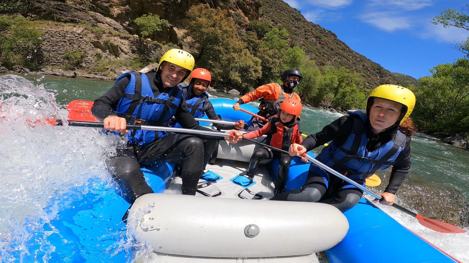 La periodista Vanessa Olmos practicant el rafting i activitats diverses al riu Noguera Pallaresa ahir a la tarda